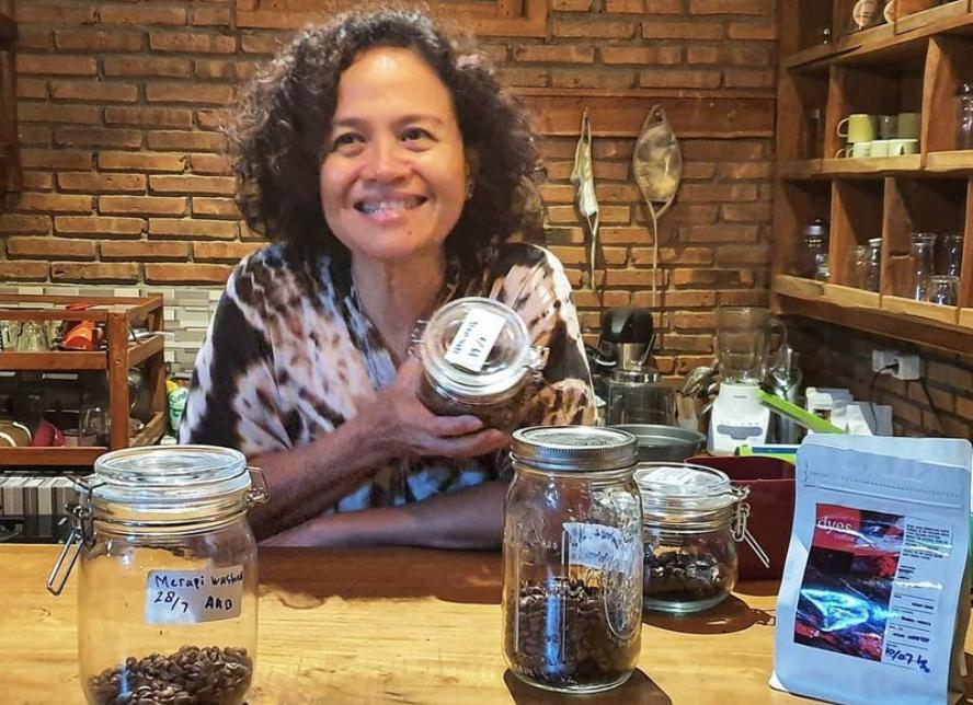 mira-lesmana-tried-to-make-dyes-coffee-menu